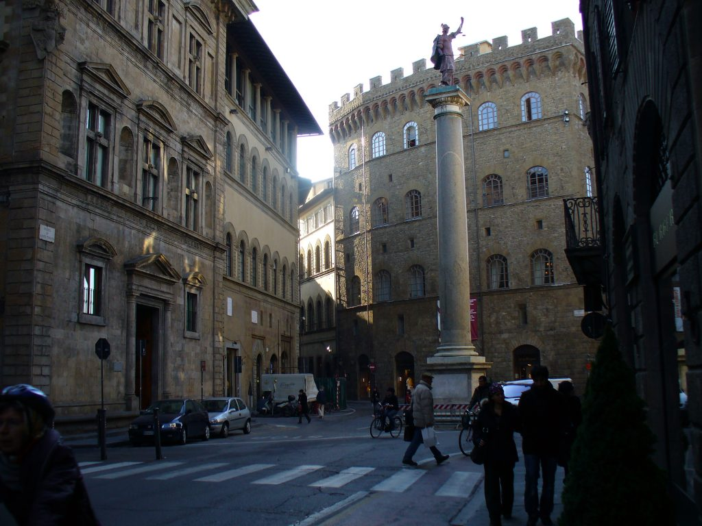 Chiesa di Santa Trinita, ingresso dalla piazza